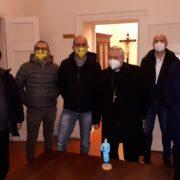 Per Natale Coldiretti e Confartigianato donano una statuina di un operatore sanitario al vescovo Mario